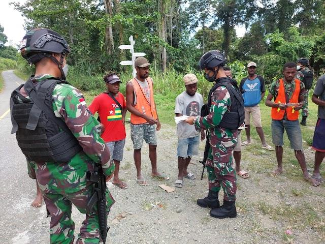 Satgas Yonif 512/QY Lakukan Pembagian Masker Secara Berkala Di Perbatasan Papua
