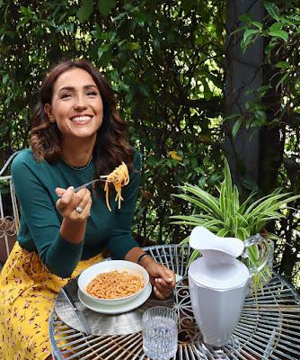 Caterina Balivo nel suo giardino mangia spaghetti al pomodoro e basilico 13 ottobre