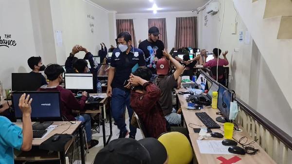 Peran 56 Karyawan Pinjol yang Digerebek Polisi: Marketing-Debt Collector