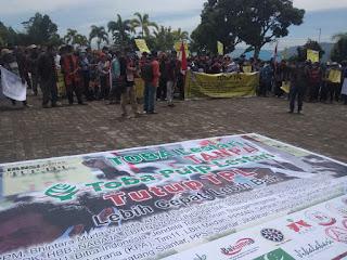 Massa Aliansi Gerakan Rakyat Tutup TPL Unjuk Rasa di Kantor Bupati Toba