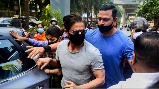 गंभीर मामले में फंसे आर्यन के खिलाफ चारों तरफ से कसा जा रहा है शिकंजा, एनसीबी की टीम शाहरुख खान के घर पहुंची, एक अभिनेत्री का फोन जब्त करने की खबर