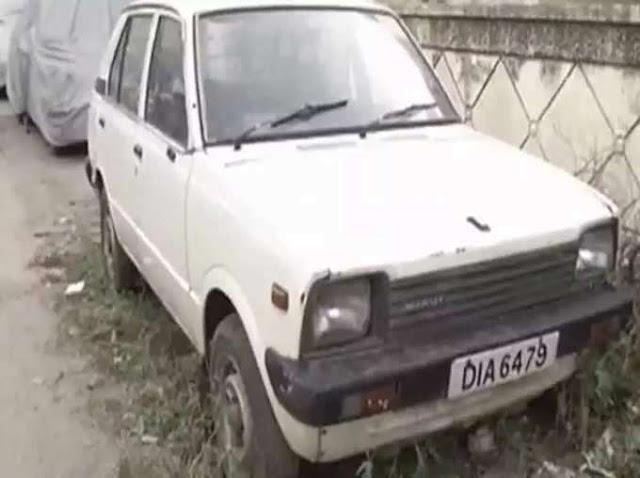 Maruti's First Car Owner: जब कभी बात होती है मारुति 800 की तो हरपाल सिंह का जिक्र भी जरूर होता है, जिन्होंने देश की पहली मारुति 800 कार खरीदी थी। मारुति 800 के बाजार में आने के बाद पहली बार मिडिल क्लास लोग भी कार लेने के बारे में सोचने लगे और इसकी बुकिंग शुरू होने के बाद सिर्फ दो महीनों में ही 1.35 लाख कारें बुक हो गईं। नतीजा ये हुआ कि लोगों को कार पाने के लिए लंबी वेटिंग लिस्ट में रहना पड़ा, लेकिन हरपाल सिंह वह लकी व्यक्ति थे, जिन्हें मारुति 800 की पहली कार की चाबी हासिल करने का सौभाग्य मिला। कौन थे हरपाल सिंह?  दिल्ली के हरपाल सिंह को 14 दिसंबर 1983 से पहले चंद ही लोग जानते थे, लेकिन इस दिन मारुति 800 की लॉन्चिंग के साथ-साथ हरपाल सिंह को पूरी दुनिया जान गई। दरअसल, मारुति सुजुकी की पहली मारुति 800 कार इंडियन एयरलाइंस के कर्मचारी हरपाल सिंह को ही सौंपी गई थी। तत्कालीन प्रधानमंत्री इंदिरा गांधी से कार की चाबी लेते हुए उनकी तस्वीर भारतीय ऑटोमोबाइल इंडस्ट्री का एक हिस्सा बन गई। अभी क्या हाल है हरपाल सिंह की कार का?  हरपाल सिंह ने जो मारुति 800 कार ली थी, उसकी नंबर प्लेट भी खूब लोकप्रिय हुई, जिसका रजिस्ट्रेशन नंबर है- DIA 6479. हरपाल सिंह ने मारुति 800 कार को खरीदने के लिए अपनी फिएट कार को भी बेच दिया था। हरपाल सिंह की मौत 2010 में हुई और 1983 में पहली मारुति 800 कार खरीदने के बाद वह पूरी जिंदगी उसी कार को चलाते रहे। वह मानते थे कि यह कार उन्हें भगवान की कृपा से मिली है, इसलिए उसे कभी नहीं बेचा। उनके बाद वह कार सड़क पर नहीं चली है और ग्रीन पार्क में उनके घर के पास खड़ी जंक खा रही थी। कार को किया गया रीस्टोर, बहुत से लोगों ने जताई खरीदने की इच्छा  हरपाल सिंह की मौत के बाद उनकी कार कोई नहीं चलाता था, जिसके चलते जंक लगने से वह खराब हो रही थी। सड़क के किनारे खड़ी उनकी कार की तस्वीरें इंटरनेट पर खूब वायरल भी हुई थीं। उसके बाद इस कार को मारुति के सर्विस सेंट्र ले जाया गया और वहां रीस्टोर किया गया। कार को ना सिर्फ बाहर से बल्कि अंदर से भी रीस्टोर किया गया। वैसे तो बहुत सारे लोगों ने इस कार को खरीदने की इच्छा जताई, लेकिन हरपाल सिंह के परिवार ने यह कार नहीं बेची।  4 दशक पहले शुरू हुआ था इसका सफर  ये कहानी करीब 4 दशक पहले 1980 से शुरू हुई, जब भारत में उदारीकरण शुरू हुआ था और संजय