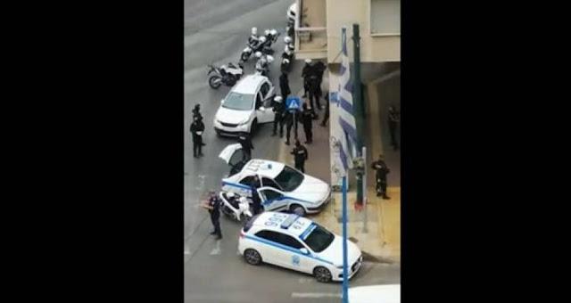 Αθήνα: Αυτοκίνητο έπεσε πάνω σε μηχανές της ΔΙ.ΑΣ – Πυροβολισμοί με τραυματίες
