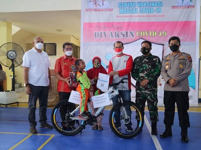 Wako Solok Bagi Sepeda Di Gebyar Vaksin