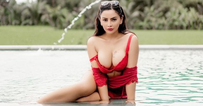 Mami Siska Pamer Bikini Pink, Netizen: Tembem Amat