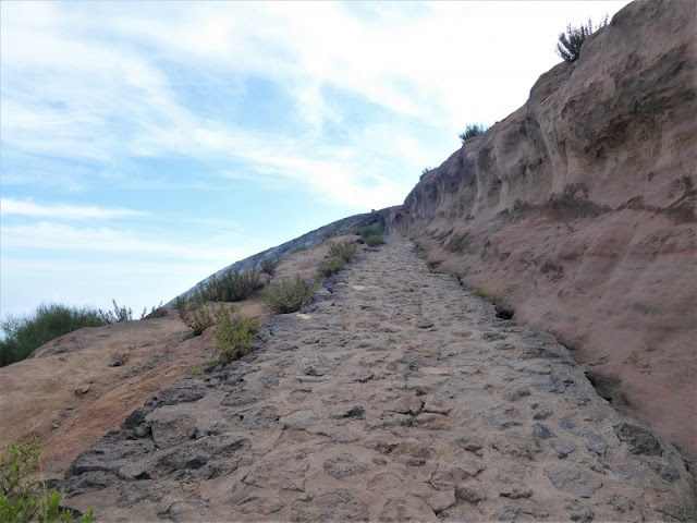 sentiero lastricato cratere isola vulcano