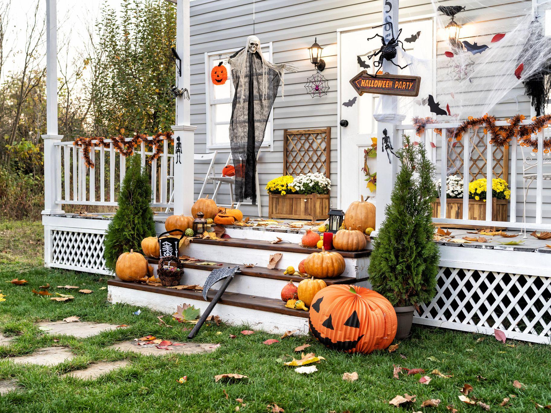 Halloween-pumpkins-on-a-stairs