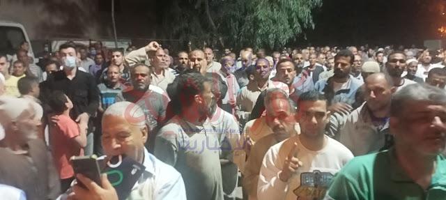 الاهالي المشاركين في الجنازة