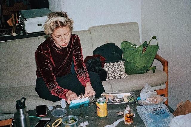 """""""Hana - Three Bodies"""" est le premier album de la compositrice et musicienne suédoise Josefin Runsteen."""