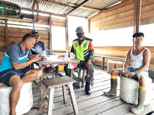 Lakukan Komsos, Babinsa Dedi Sumaedi Himbau Warga Desa sungai Ulu Disiplin Terapkan Prokes