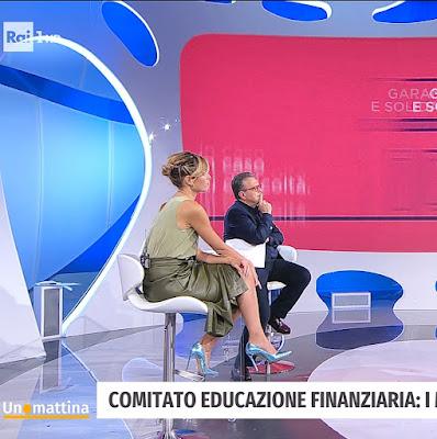 Monica Giandotti abbigliamento gonna pelle verde militare tacchi celesti lucidi Unomattina 22 ottobre