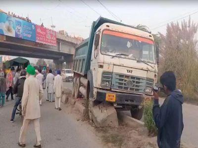 तेज रफ्तार truck ने आंदोलनकारी महिला किसानों को कुचला