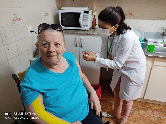 Secretaria da Saúde inicia aplicação da dose de reforço em idosos acamados