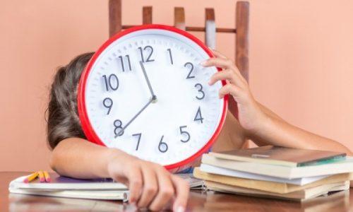 Η αλλαγή ώρας από θερινή σε χειμερινή θα γίνει κανονικά, ανακοίνωσε το υπουργείο Μεταφορών, οπότε την Κυριακή 31 Οκτωβρίου τα ρολόγια θα γυρίσουν μια ώρα πίσω.