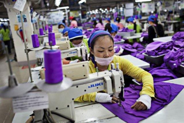 Công nhân tại công ty may Hà Nội