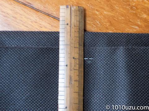縦に四つ折りにし耳の方を1.8 cmほど内側にズラして折りホチキスで留める