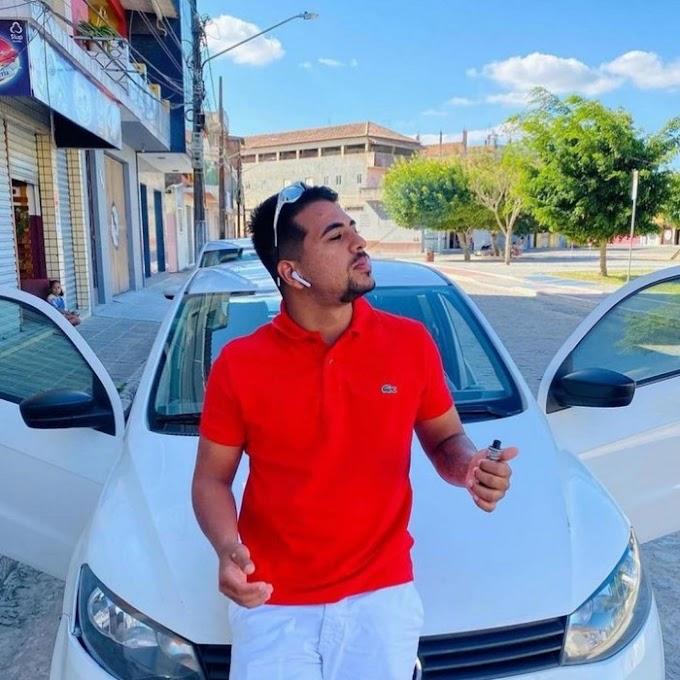 Cantor de 22 anos morre após colidir moto em animal solto em rodovia, na Paraíba