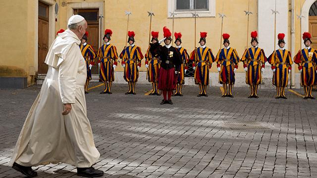 Tiga Anggota Pasukan Pengawal Paus Mengundurkan Diri karena Ogah Divaksin Covid-19