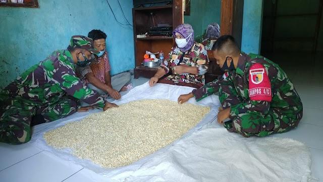 Di Tapal Batas, TNI Ajarkan Masyarakat Cara Fermentasi Biji Kedelai Jadi Tempe