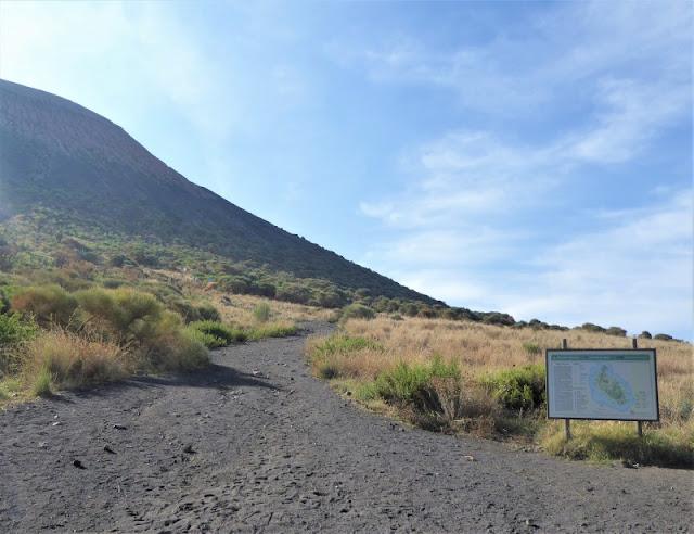 sentiero cratere isola vulcano