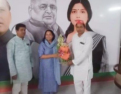 सपा महिला सभा का राष्ट्रीय अध्यक्ष बनने पर जूही सिंह को बधाई देते शकील व जावेद