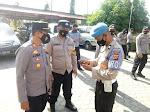 Kapolsek Manyak Payed di Dampingi Kanit Provos Periksa Ponsel Personel