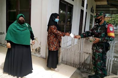 Babinsa Koramil Darul Imarah Distribusikan Paket Obat dan Vitamin