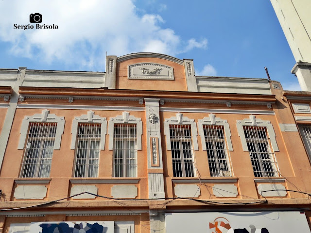 Vista ampla da fachada de uma antiga edificação na Rua Santa Ifigênia