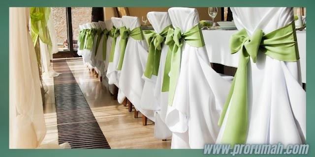 Dekorasi Resepsi  Akad Pernikahan di Rumah - menghiasi meja dan kursi menggunakan pita