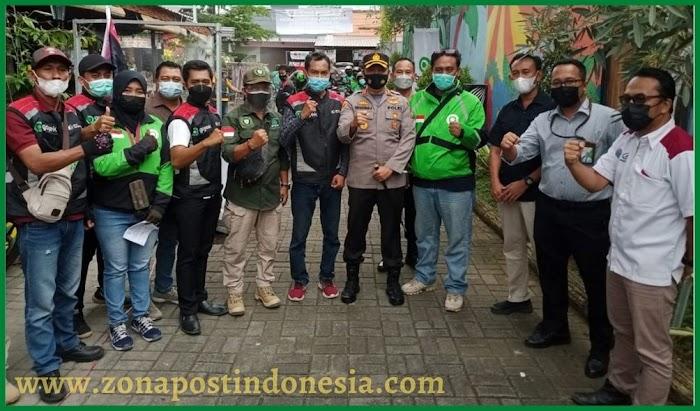 Polres Jember  dan URC Gojek Jember Gelar Aksi  Pembagian Masker, Vitamin dan Penyemprotan Desinfekktan Kepada Driver Gojek Jember
