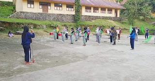 Babinsa Latih Kekompakan Drumband Siswa - Siswi SMA Negeri 2 Fakfak