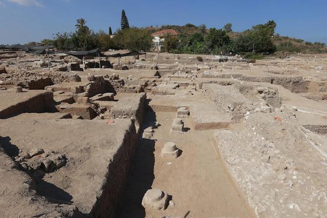 Ο κεντρικός δρόμος στο Tel Yavneh. Οι βιομηχανικές περιοχές της αρχαίας πόλης έχουν ανασκαφεί πριν από τις κατοικημένες. [Credit: Ilan Assayag]