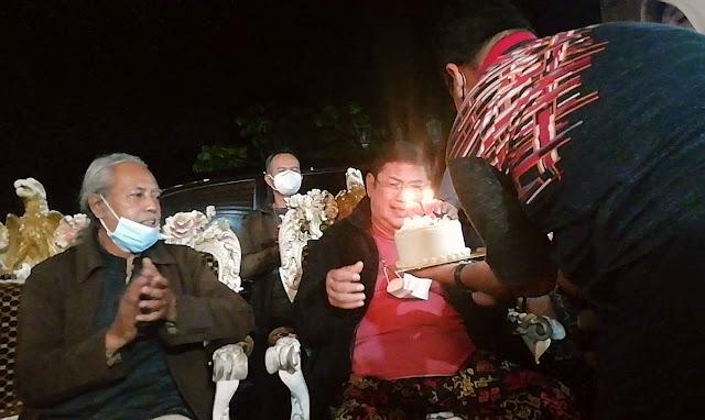 Ki Anom Suroto saat meniup lilin ulang tahun