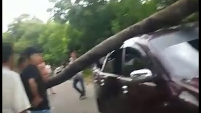 Angin Kencang, Pohon Tumbang Timpa Mobil di Bone