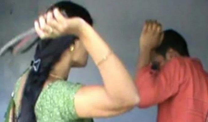 करवाचौथ मनाने पति पहुंचा पड़ोसन की छत पर, पत्नी ने चप्पलों से उतारी पति की आरती