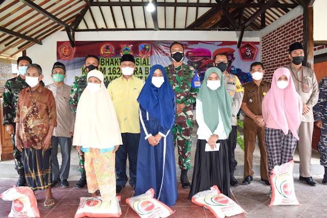 Sambut HUT TNI ke-76, Danrem 162 gelar baksos di Desa Tetebatu Selatan