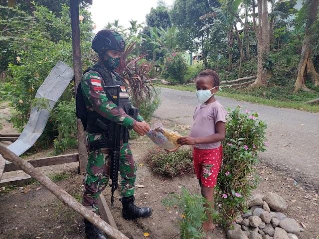 Wujud Cinta Kasih Kepada Masyarakat, Satgas Yonif 512/QY Bagikan Pakaian Di Tapal Batas Papua