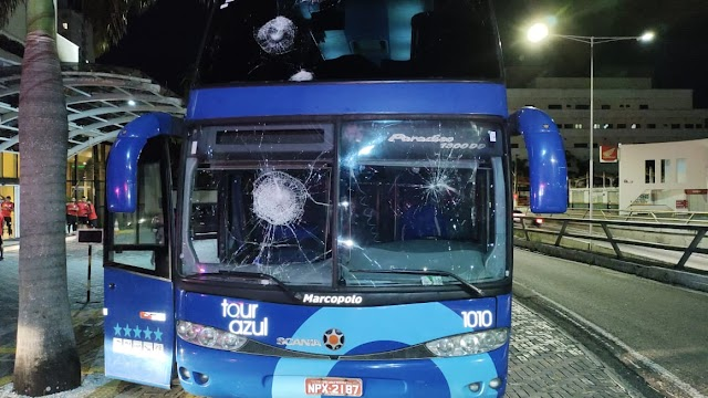 VÍDEO: Torcedores do América-RN depredam hotel, atacam jogadores do Campinense e destroem ônibus; assista
