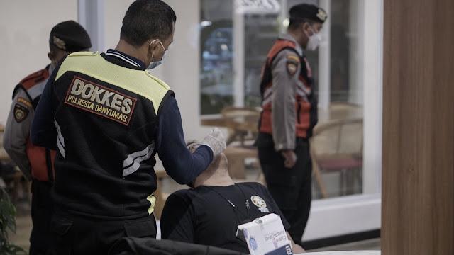 Polresta Banyumas Laksanakan Swab Secara Acak Para Pengunjung Cafe