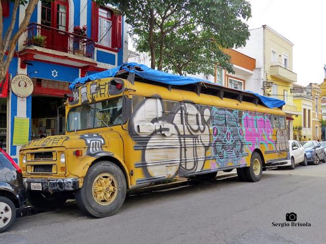 Vista ampla do Ônibus Rizomamóvel no Bixiga - Bela Vista