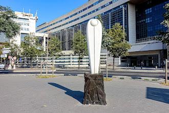 Paris : Hommage à Berty Albrecht, une oeuvre de Michèle Forgeois, monument hommage à une militante féministe, à une grande résistante - XIIème