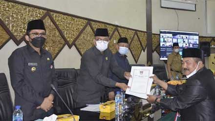 Anggota Dewan serahkan pendapat fraksi kepada Ketua DPRD