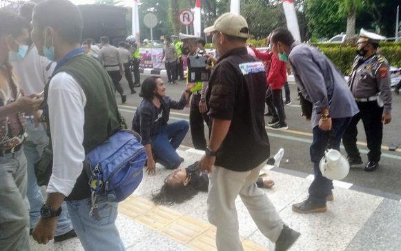 Astaga! Mahasiswa Tangerang Pingsan Kena 'Smackdown' Polisi saat Demo