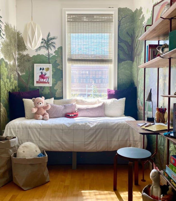 Dormitorio infantil con cama debajo de la ventana