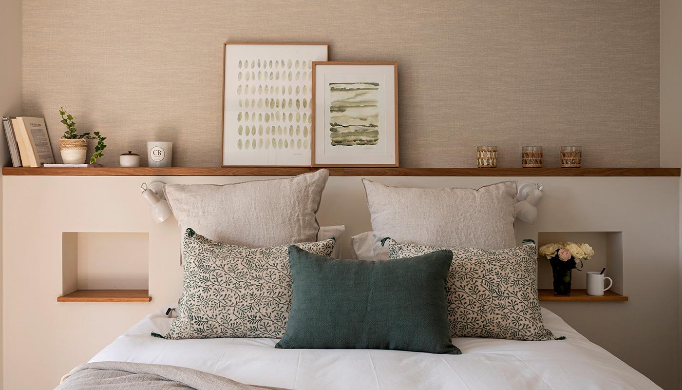 Dormitorio con cabecero de pladur rematado con madera