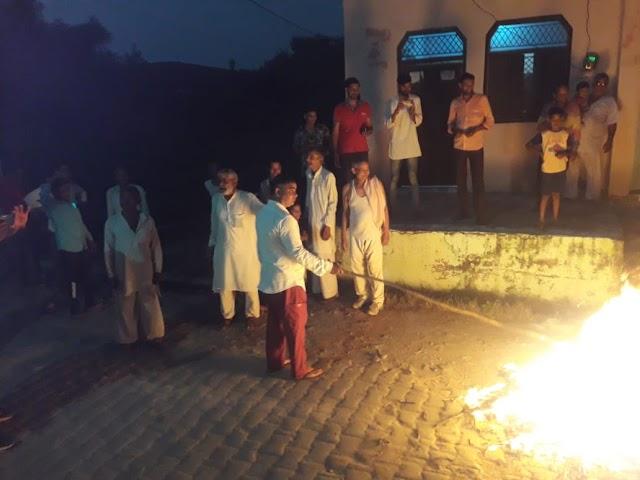 बड़ागाँव में राजस्थान में धान किसानों पर राजस्थान पुलिस द्वारा बर्बरता पूर्ण कार्रवाई करने पर विरोध प्रदर्शन