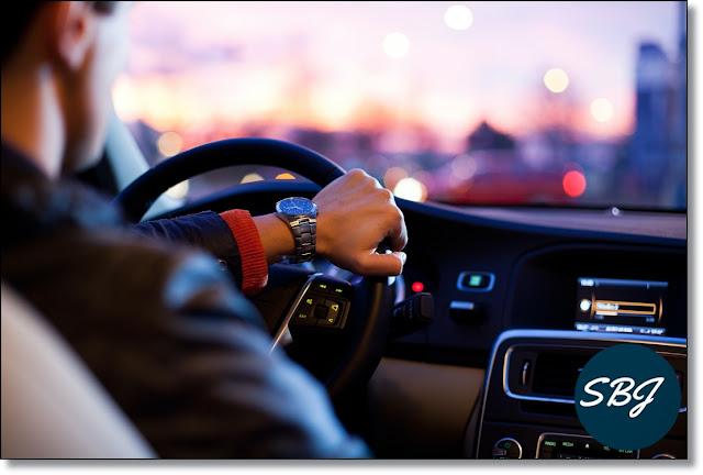 mengendarai mobil