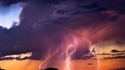 Mitos Atau Fakta? Menggunakan Ponsel Saat Hujan Disertai Petir Berbahaya