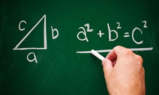 Καθηγητής Μαθηματικών παραδίδει ιδιαίτερα σε μαθητές στην περιοχή του Άργους