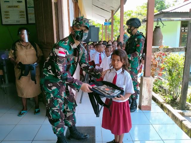 Sambut Hut TNI Ke-76, Satgas Yonif 512/QY Bagikan Tas dan Alat Tulis di Tapal Batas
